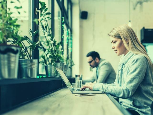 コワーキングスペースでブログを書いている女性