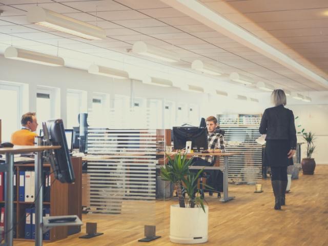 女性フリーランスに仕事を依頼するオフィス
