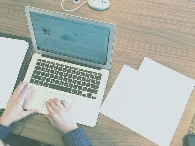 Webライターの仕事をしている男性