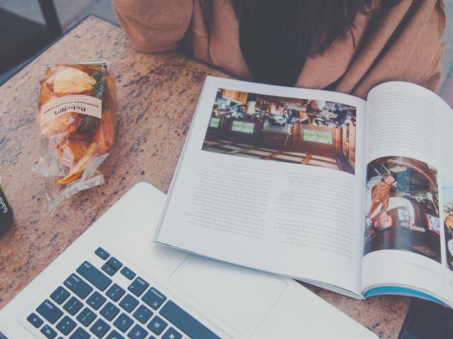 カフェでのんびり作業をするWebライター