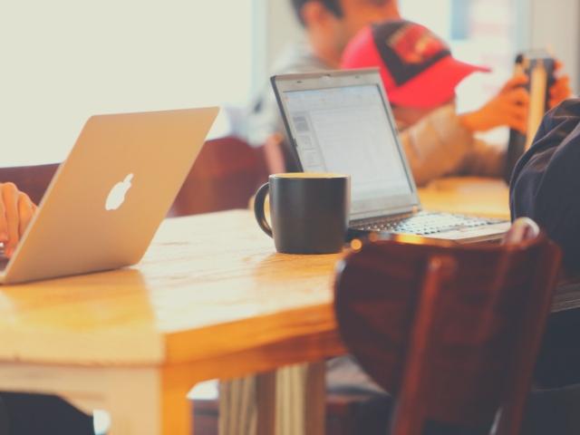 カフェで記事を書いている女性
