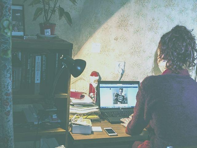 インスタグラムを投稿する女性