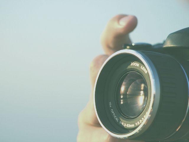 出張で写真を撮影するフリーランスフォトグラファー