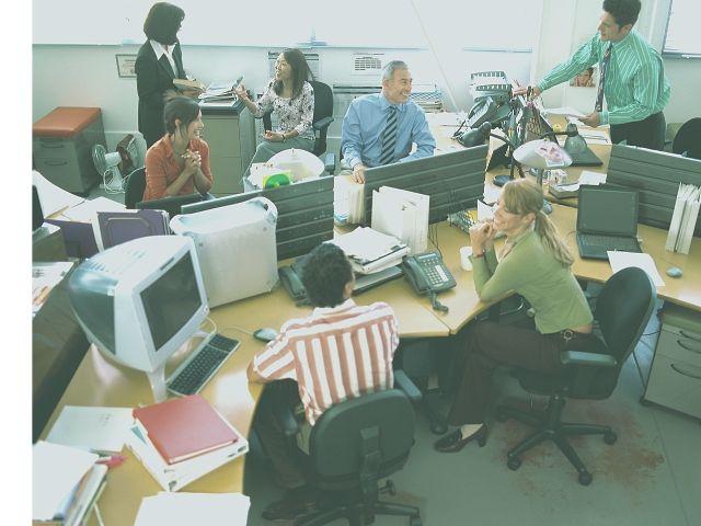 オフィスで作業中のフリーランス